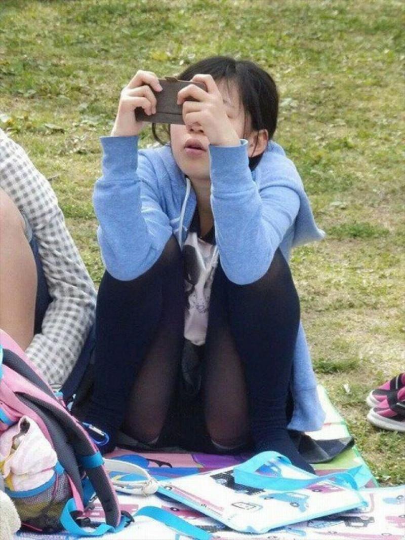 【お花見エロ画像】おダンゴよりおマンコを食べたくなっちゃうパンチラお姉さんw 18
