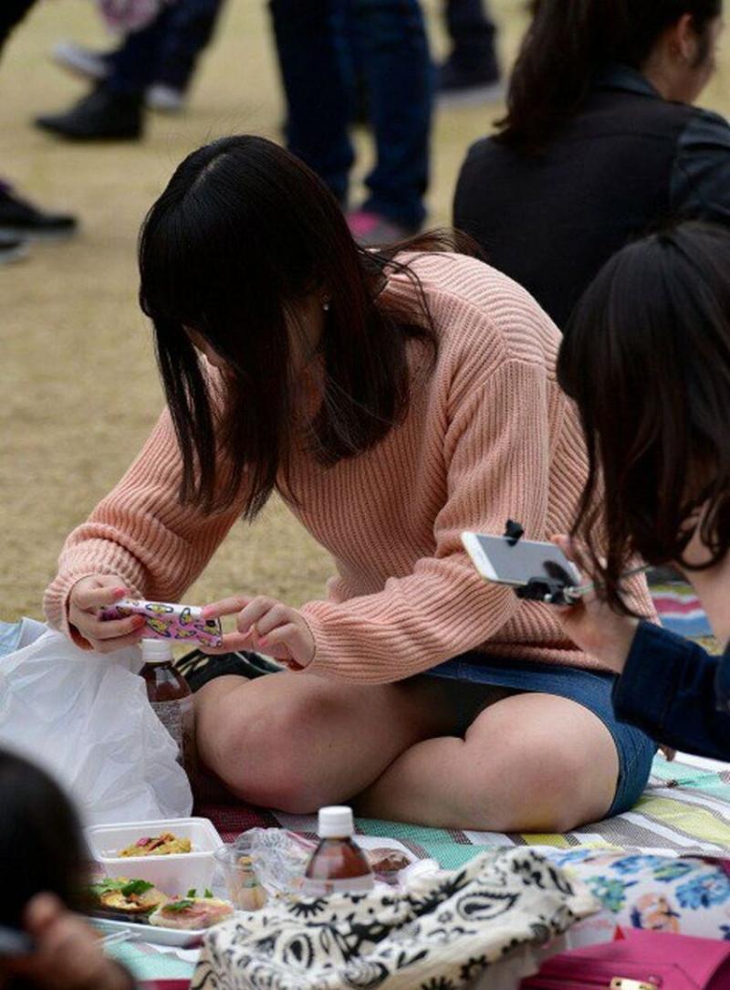 【お花見エロ画像】おダンゴよりおマンコを食べたくなっちゃうパンチラお姉さんw 22