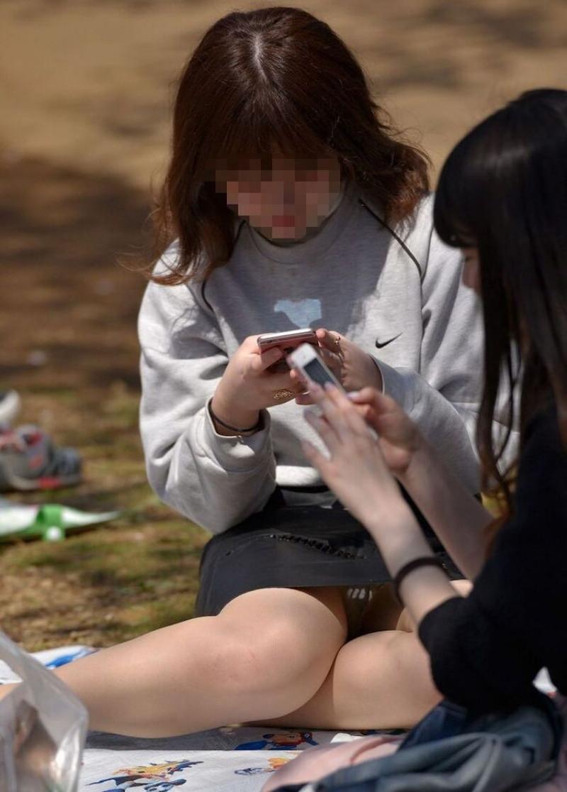 【お花見エロ画像】おダンゴよりおマンコを食べたくなっちゃうパンチラお姉さんw 23