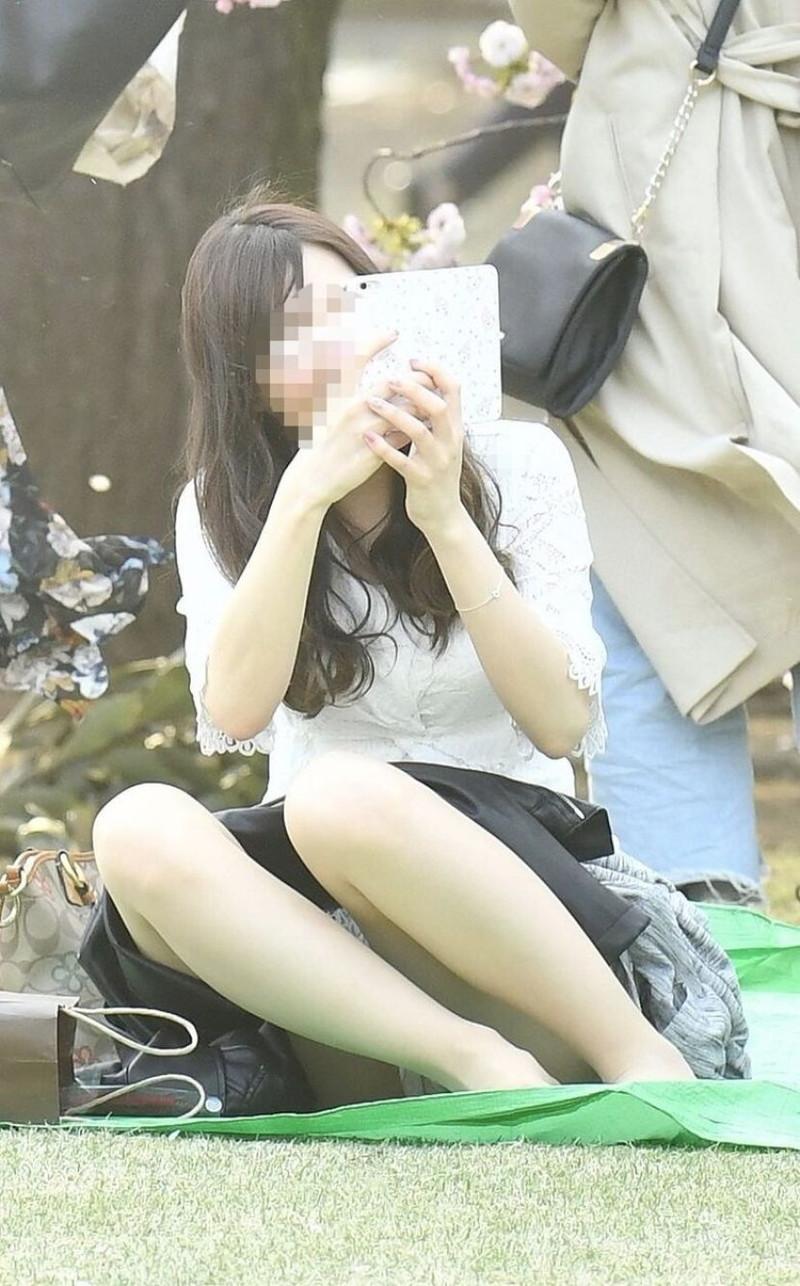 【お花見エロ画像】おダンゴよりおマンコを食べたくなっちゃうパンチラお姉さんw 46