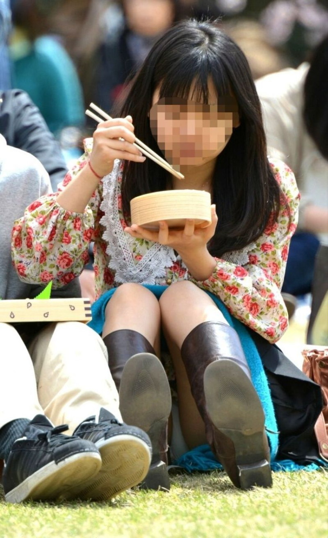 【お花見エロ画像】おダンゴよりおマンコを食べたくなっちゃうパンチラお姉さんw 48