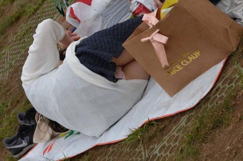 【お花見エロ画像】おダンゴよりおマンコを食べたくなっちゃうパンチラお姉さんw 56