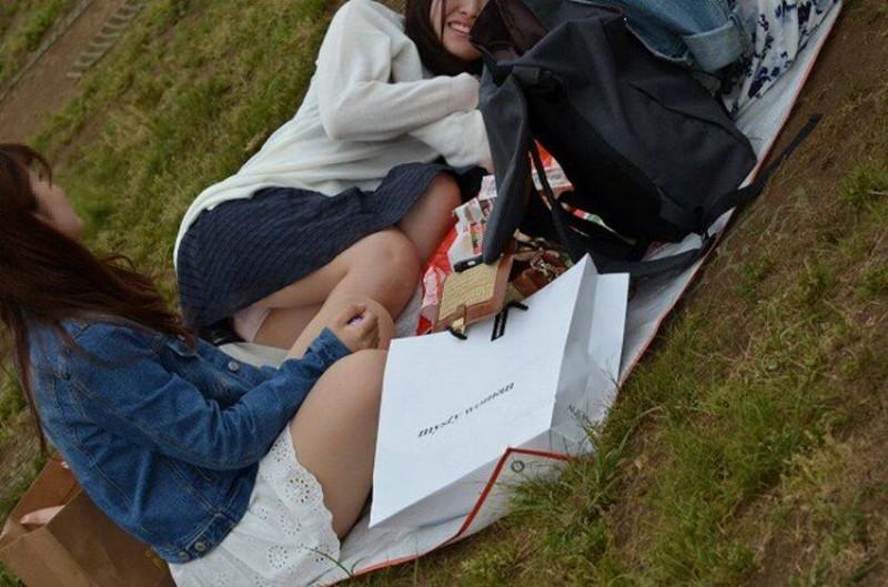 【お花見エロ画像】おダンゴよりおマンコを食べたくなっちゃうパンチラお姉さんw 57