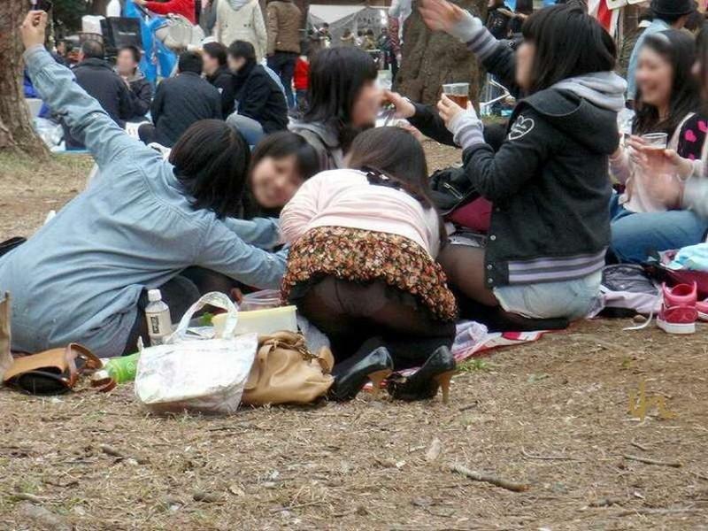 【お花見エロ画像】おダンゴよりおマンコを食べたくなっちゃうパンチラお姉さんw 63