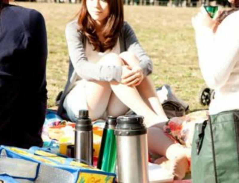 【お花見エロ画像】おダンゴよりおマンコを食べたくなっちゃうパンチラお姉さんw 72