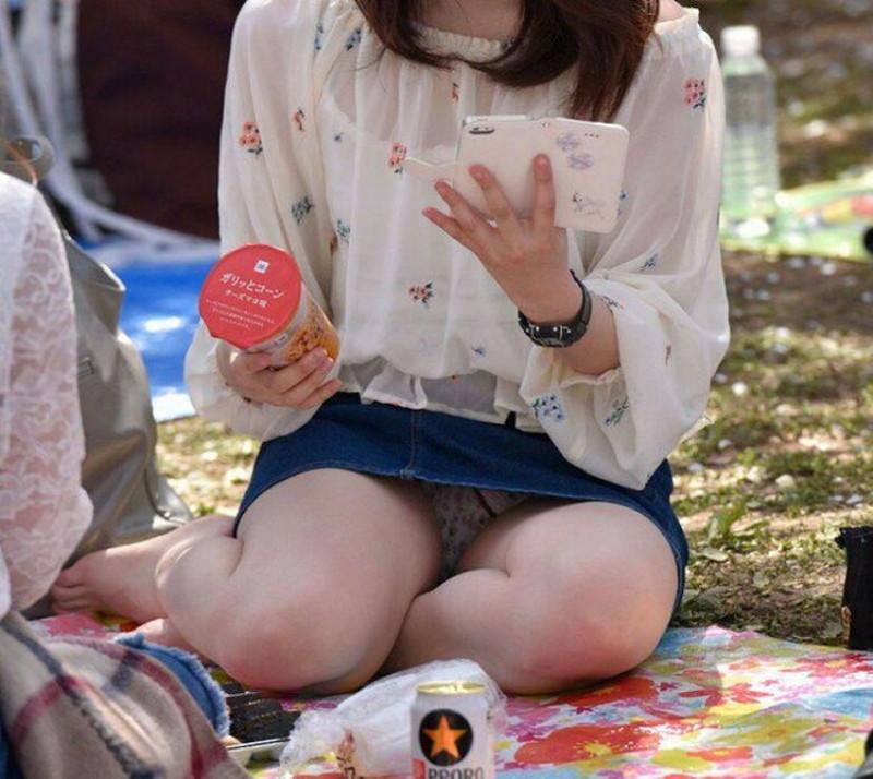 【お花見エロ画像】おダンゴよりおマンコを食べたくなっちゃうパンチラお姉さんw 75
