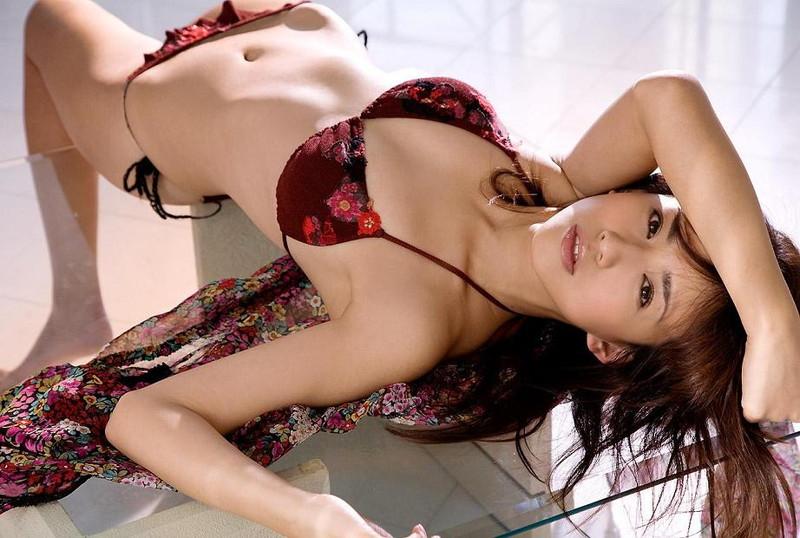 【優木まおみグラビア画像】エロ賢いBカップスレンダー美女のセクシービキニボディ