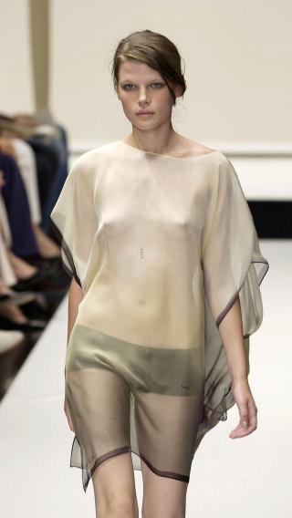 【ファッションショーエロ画像】おっぱい丸出しのデザインがエロいモデル美女 03