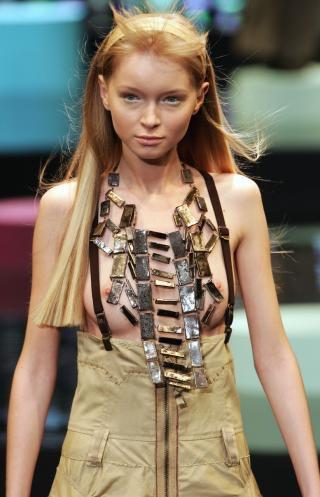 【ファッションショーエロ画像】おっぱい丸出しのデザインがエロいモデル美女 06