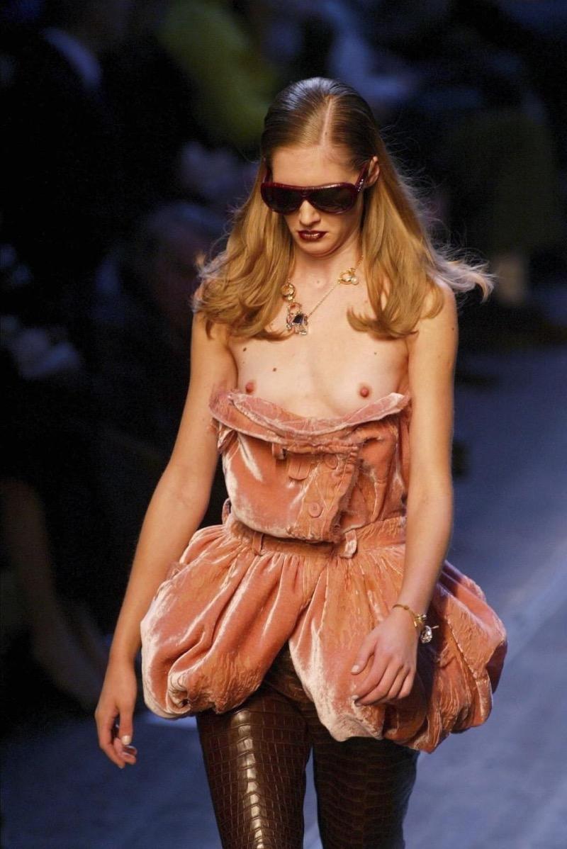 【ファッションショーエロ画像】おっぱい丸出しのデザインがエロいモデル美女 10