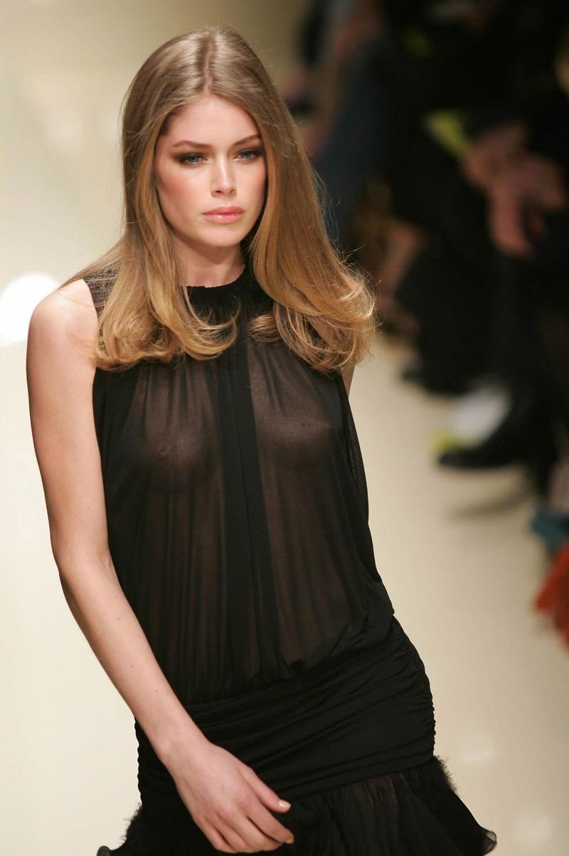 【ファッションショーエロ画像】おっぱい丸出しのデザインがエロいモデル美女 13