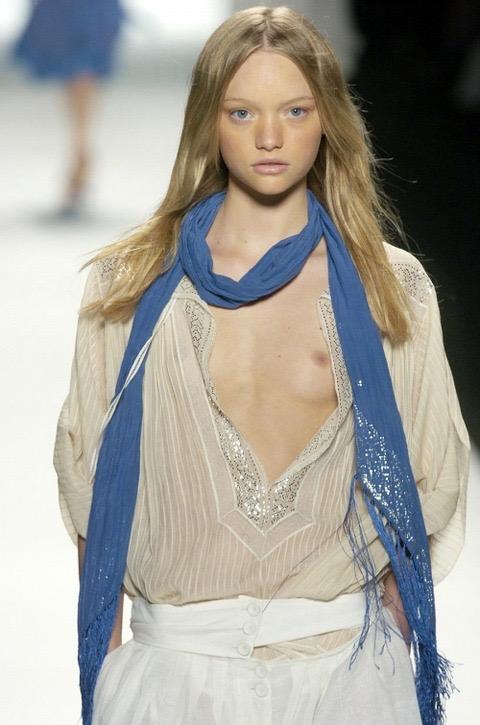 【ファッションショーエロ画像】おっぱい丸出しのデザインがエロいモデル美女 16