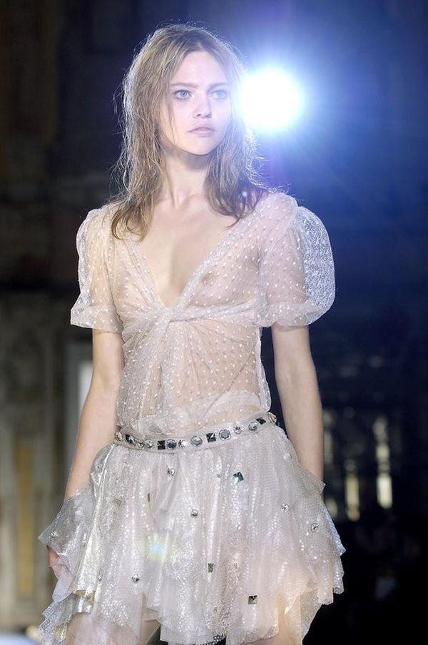 【ファッションショーエロ画像】おっぱい丸出しのデザインがエロいモデル美女 20
