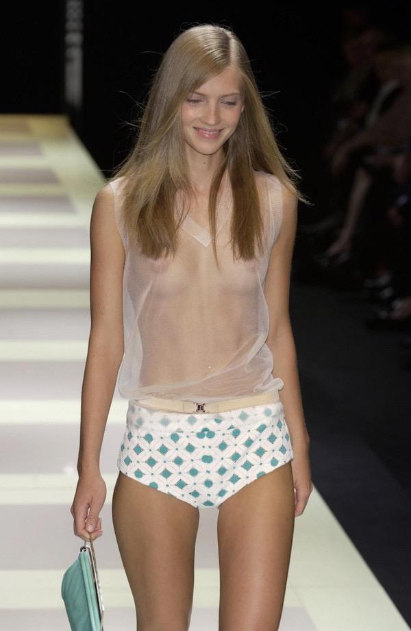 【ファッションショーエロ画像】おっぱい丸出しのデザインがエロいモデル美女 22