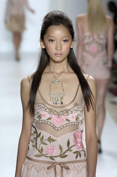 【ファッションショーエロ画像】おっぱい丸出しのデザインがエロいモデル美女 23