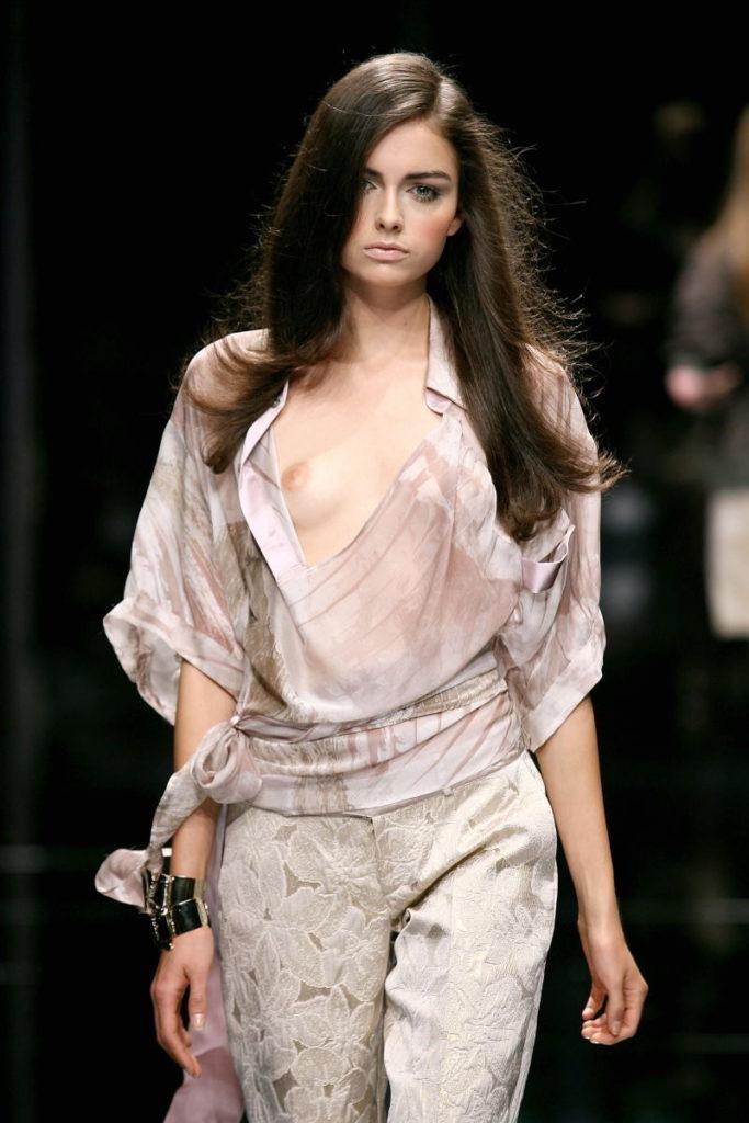 【ファッションショーエロ画像】おっぱい丸出しのデザインがエロいモデル美女 27