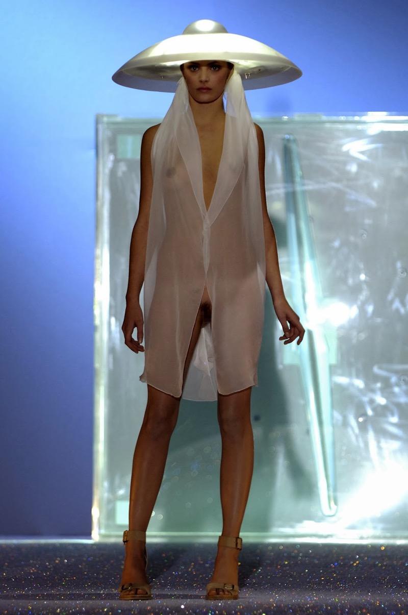 【ファッションショーエロ画像】おっぱい丸出しのデザインがエロいモデル美女 29