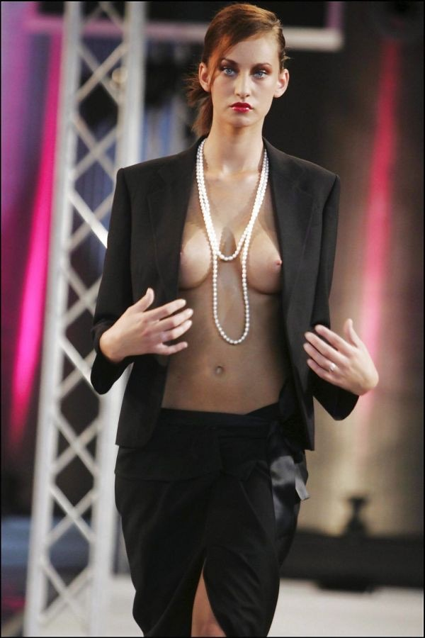 【ファッションショーエロ画像】おっぱい丸出しのデザインがエロいモデル美女 30