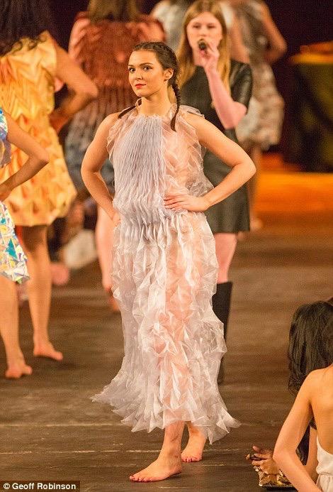 【ファッションショーエロ画像】おっぱい丸出しのデザインがエロいモデル美女 37