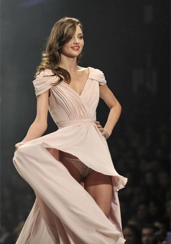 【ファッションショーエロ画像】おっぱい丸出しのデザインがエロいモデル美女 40