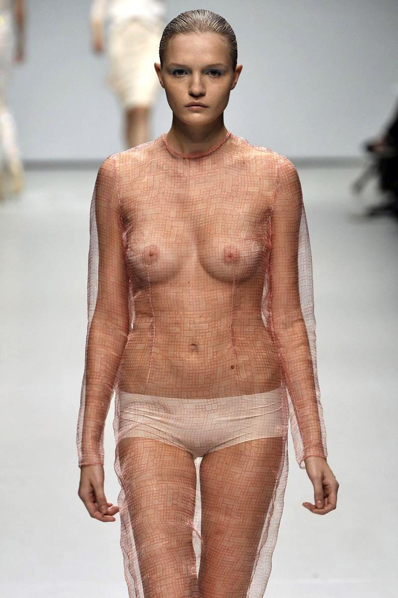 【ファッションショーエロ画像】おっぱい丸出しのデザインがエロいモデル美女 42