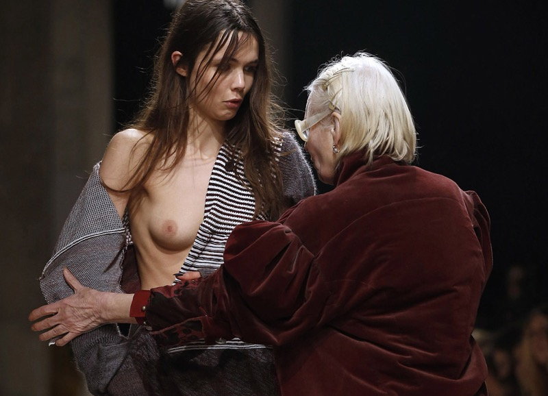 【ファッションショーエロ画像】おっぱい丸出しのデザインがエロいモデル美女 44
