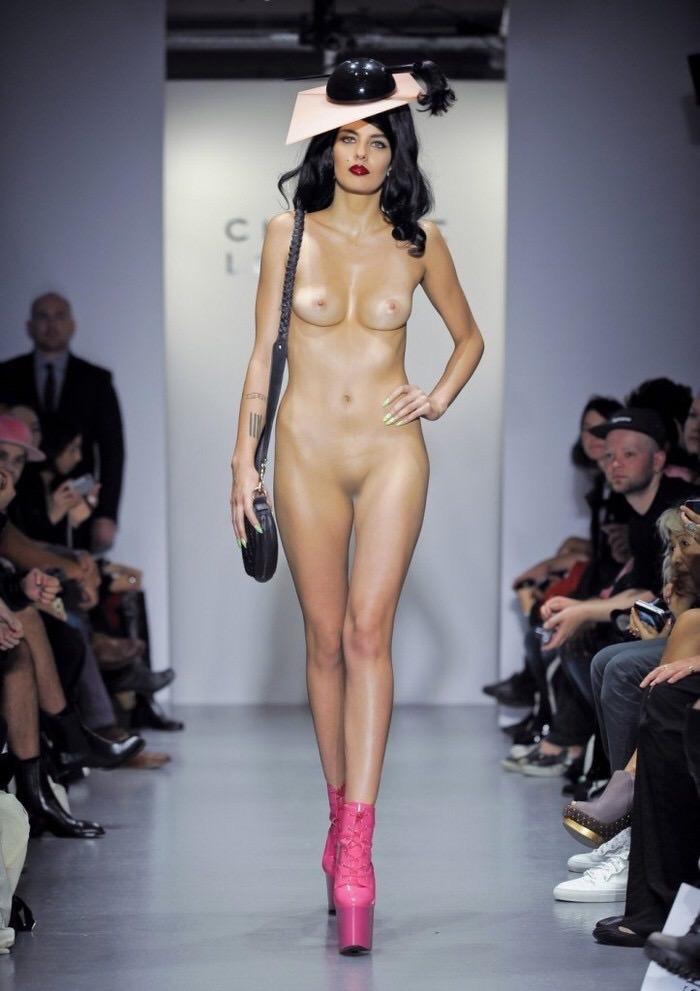 【ファッションショーエロ画像】おっぱい丸出しのデザインがエロいモデル美女 46