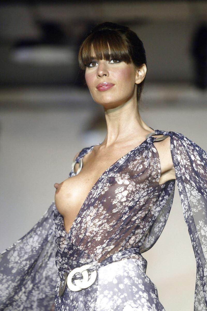 【ファッションショーエロ画像】おっぱい丸出しのデザインがエロいモデル美女 50