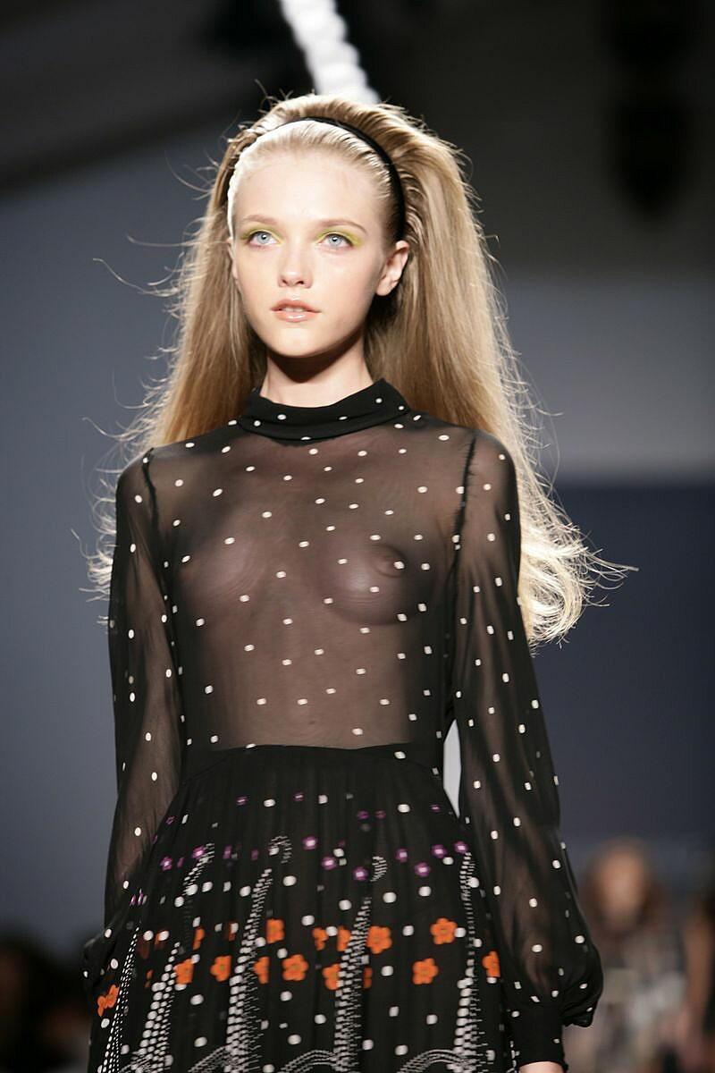 【ファッションショーエロ画像】おっぱい丸出しのデザインがエロいモデル美女 57