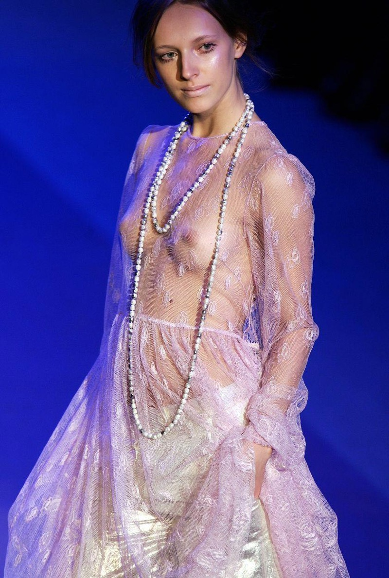 【ファッションショーエロ画像】おっぱい丸出しのデザインがエロいモデル美女 58