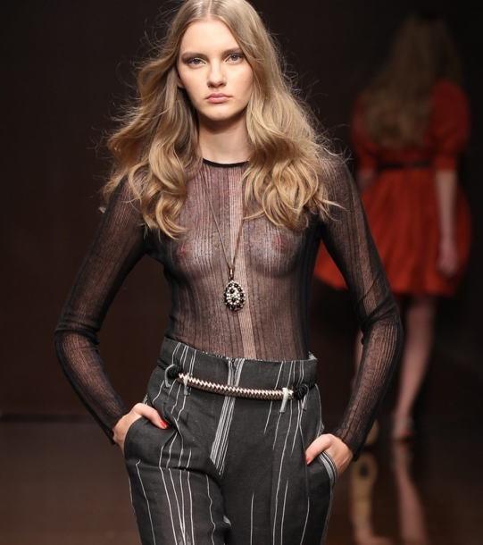 【ファッションショーエロ画像】おっぱい丸出しのデザインがエロいモデル美女 60