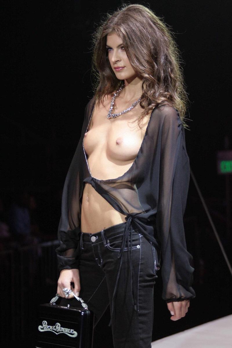【ファッションショーエロ画像】おっぱい丸出しのデザインがエロいモデル美女 61