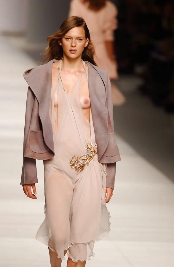 【ファッションショーエロ画像】おっぱい丸出しのデザインがエロいモデル美女 62
