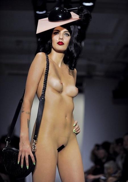 【ファッションショーエロ画像】おっぱい丸出しのデザインがエロいモデル美女 63