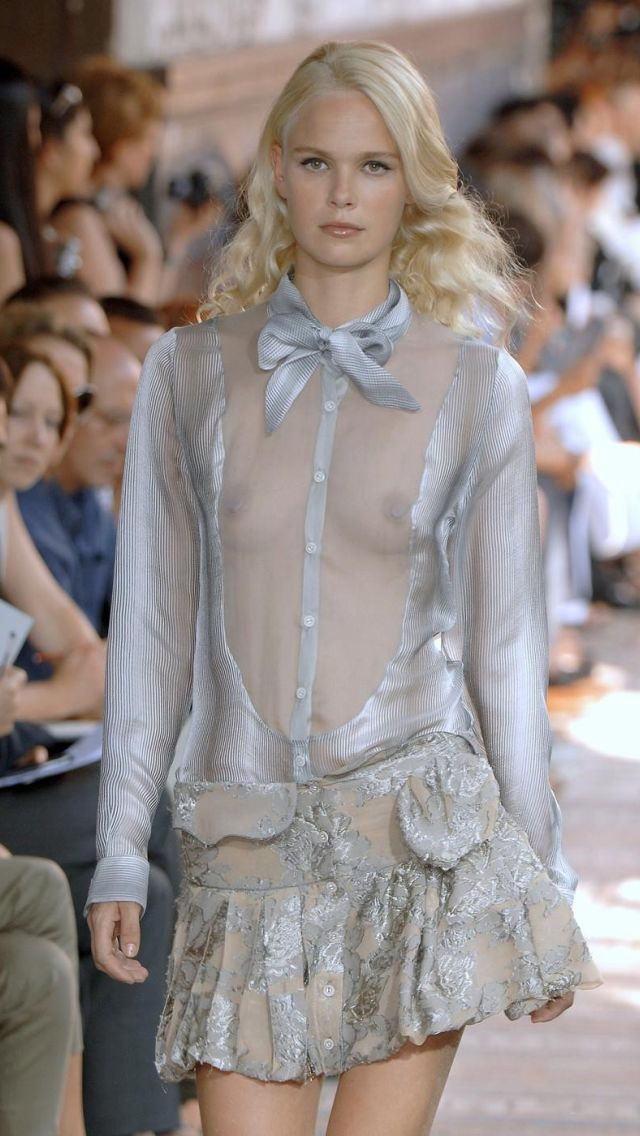【ファッションショーエロ画像】おっぱい丸出しのデザインがエロいモデル美女 66