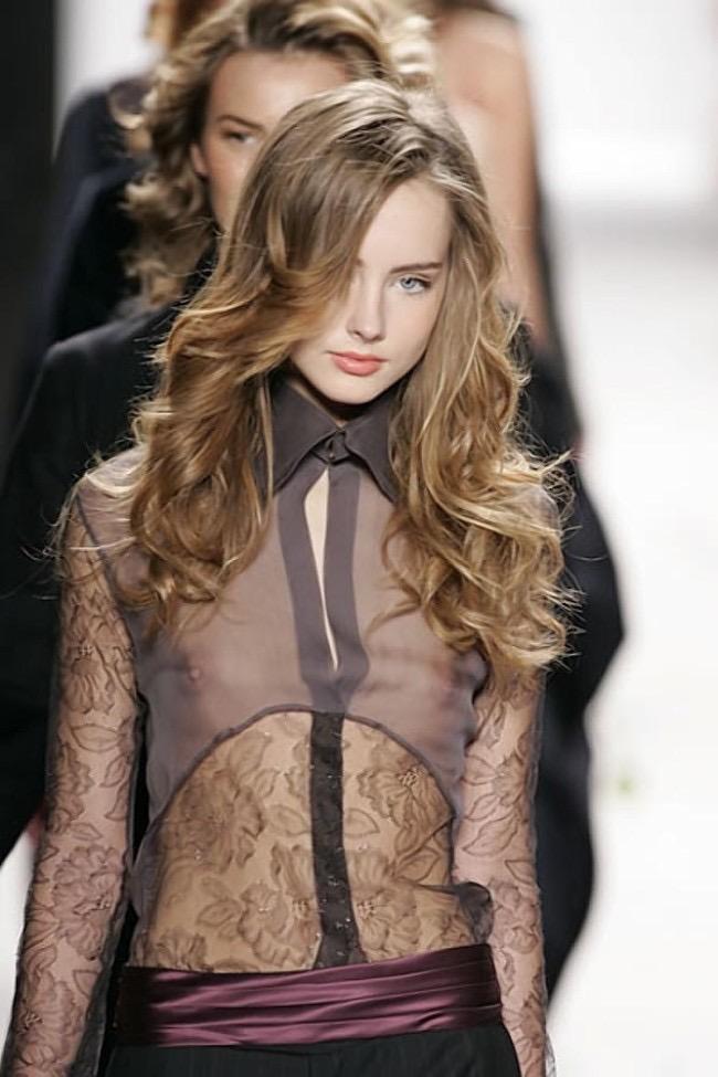 【ファッションショーエロ画像】おっぱい丸出しのデザインがエロいモデル美女 70