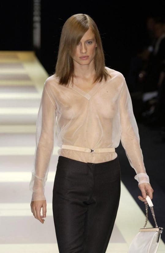 【ファッションショーエロ画像】おっぱい丸出しのデザインがエロいモデル美女 72