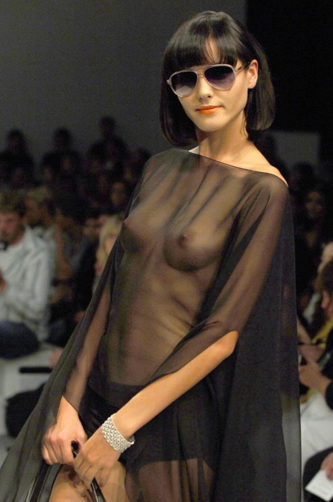 【ファッションショーエロ画像】おっぱい丸出しのデザインがエロいモデル美女 74