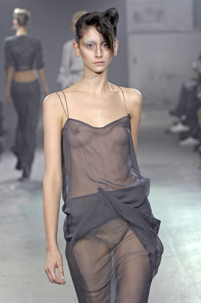 【ファッションショーエロ画像】おっぱい丸出しのデザインがエロいモデル美女 77