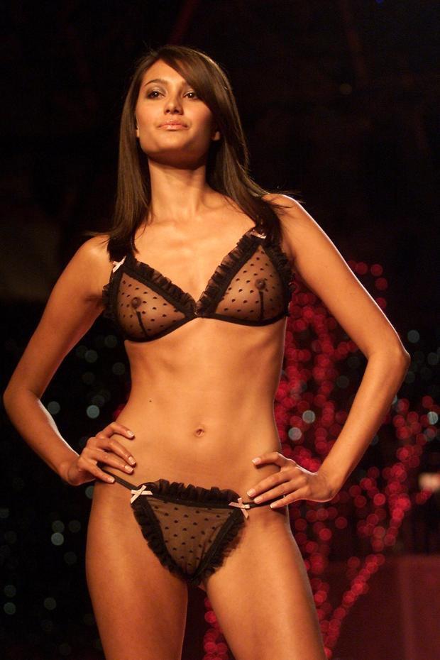 【ファッションショーエロ画像】おっぱい丸出しのデザインがエロいモデル美女 80