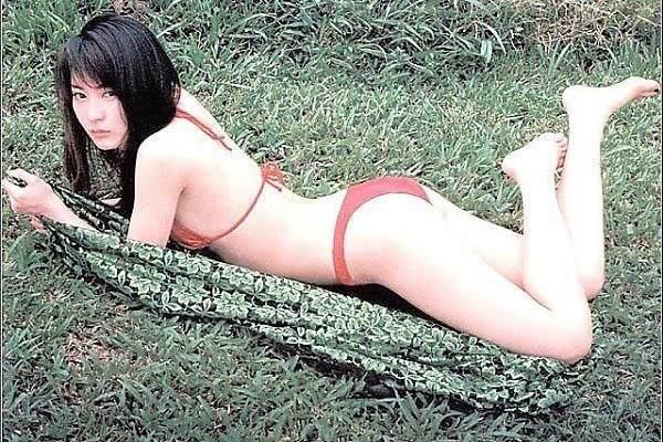 【新山千春グラビア画像】40歳が目前なのに美しさを維持している元グラドルが凄いwwww 03