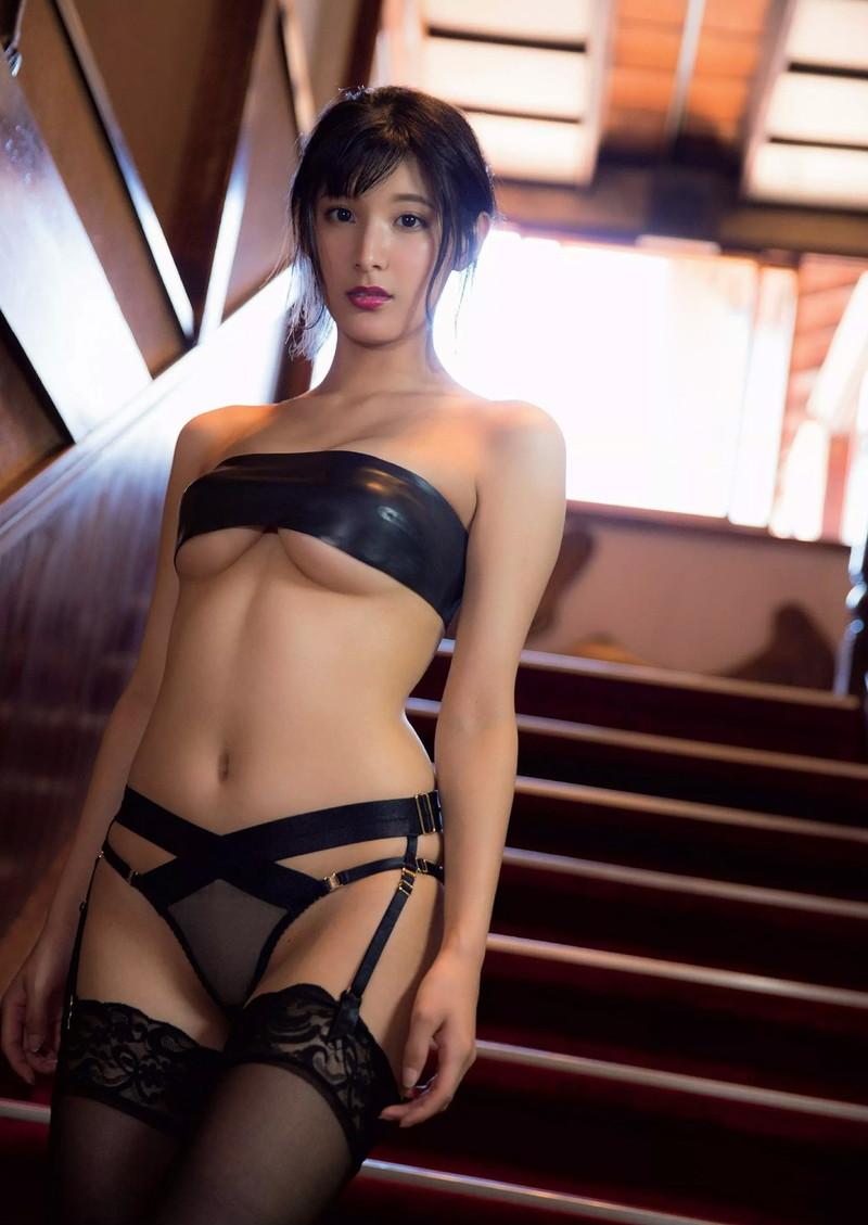 【彩川ひなのグラビア画像】Fカップ巨乳も良いけどウエスト55cmのクビレ腰がたまらん! 59