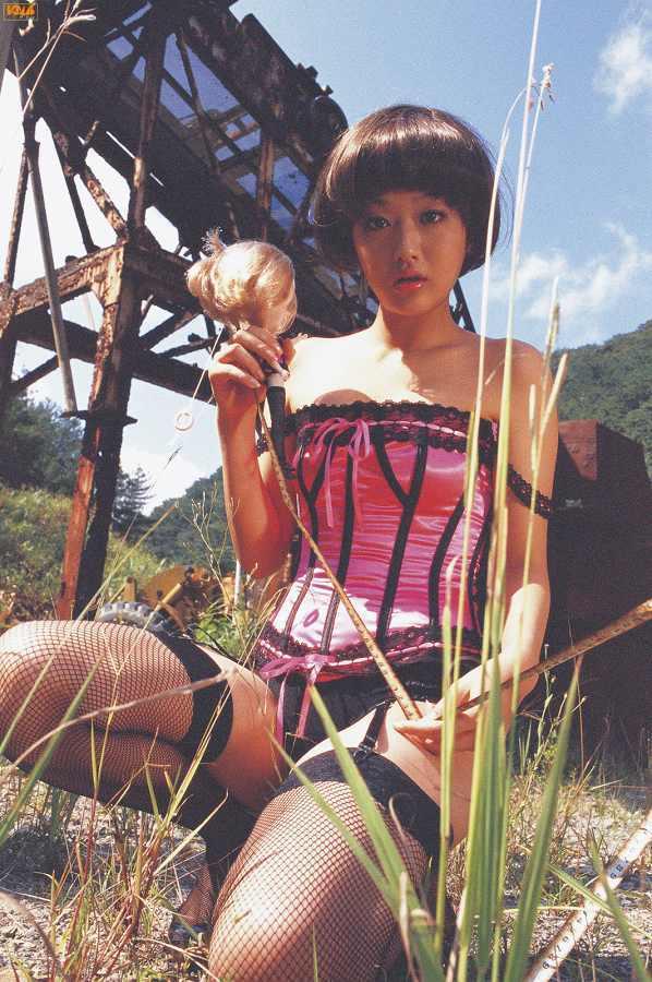 【工藤里紗グラビア画像】スレンダーなDカップくびれボディにビキニ水着が良く似合う! 82