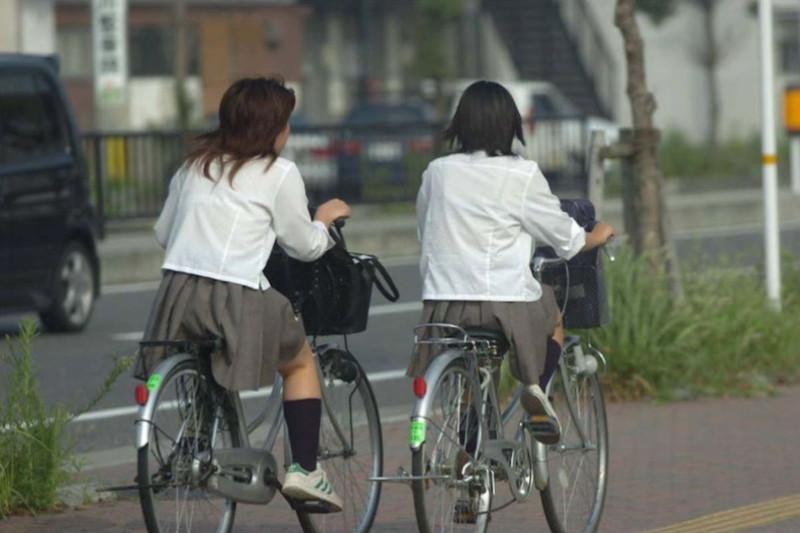 【夏服JK画像】白いブラウスから薄っすらと透けて見えるブラって良いよね