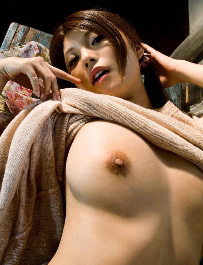 【おっぱいエロ画像】巨乳も貧乳も服をたくし上げてポロリチラリしたおっぱいは興奮する! 09