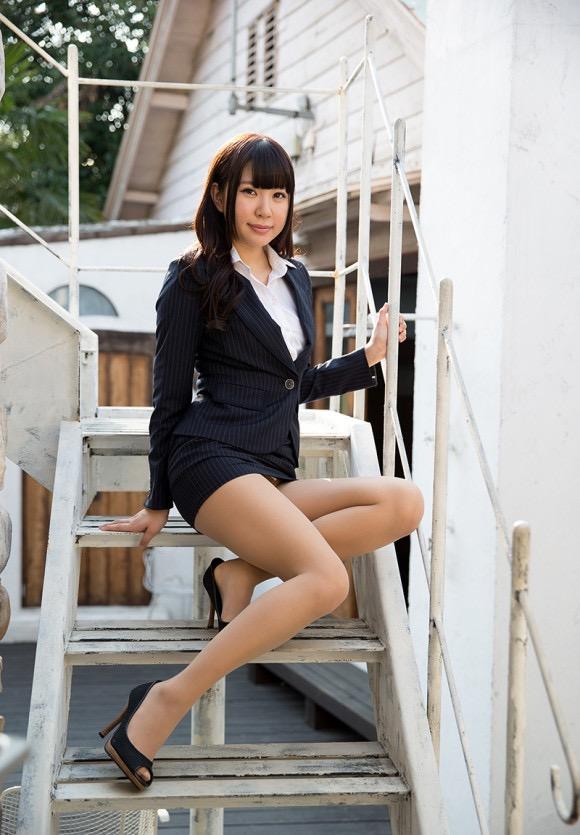 【タイトミニエロ画像】お尻のラインとパンチラがエロい美女のタイトミニ姿 13