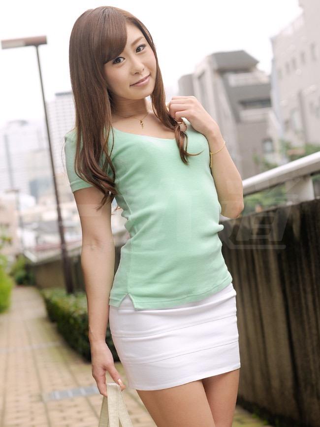 【タイトミニエロ画像】お尻のラインとパンチラがエロい美女のタイトミニ姿 17