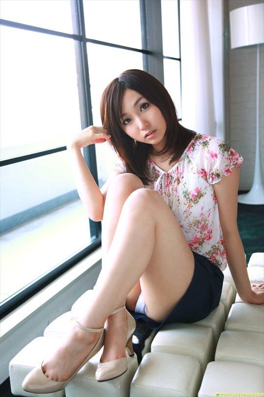 【タイトミニエロ画像】お尻のラインとパンチラがエロい美女のタイトミニ姿 24