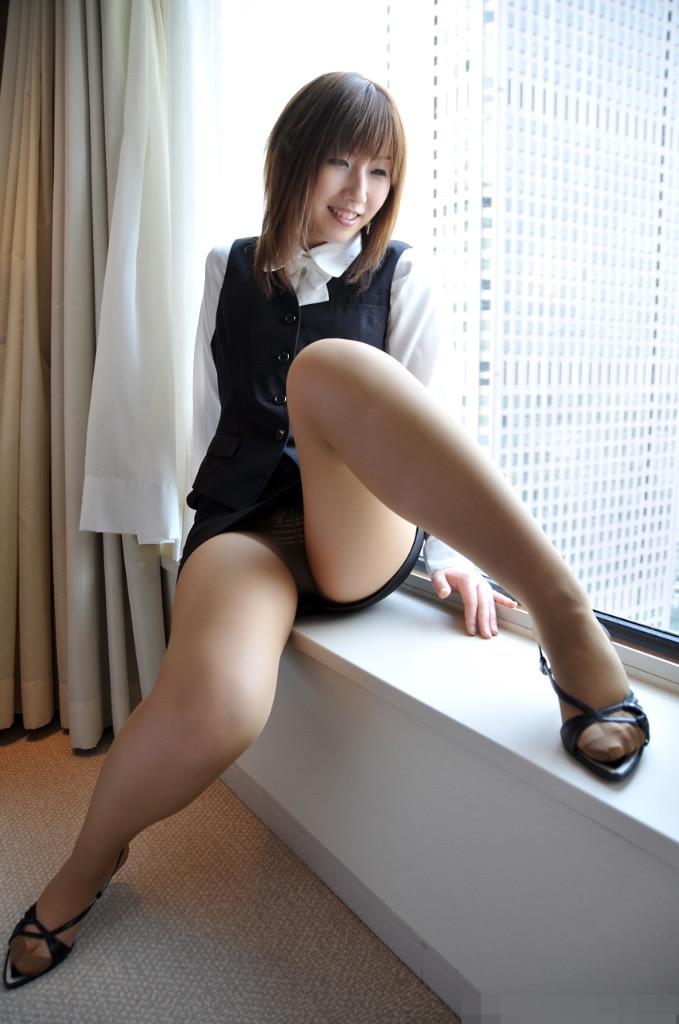 【タイトミニエロ画像】お尻のラインとパンチラがエロい美女のタイトミニ姿 26