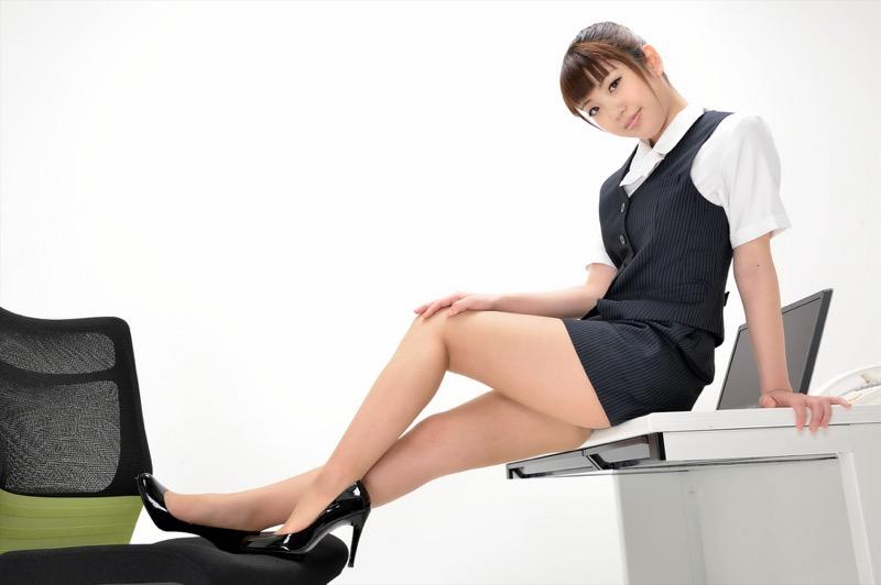 【タイトミニエロ画像】お尻のラインとパンチラがエロい美女のタイトミニ姿 27